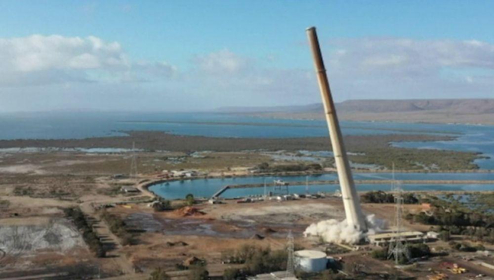Impresionante demolición de una chimenea de 200 metros de altura