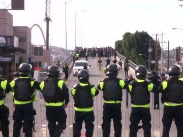 La policía mexicana frena a la caravana de migrantes en Tijuana