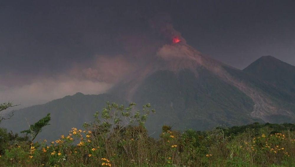 El volcán de fuego de Guatemala aumenta su actividad explosiva