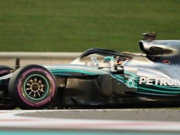 Lewis Hamilton rueda con su Mercedes en Abu Dabi