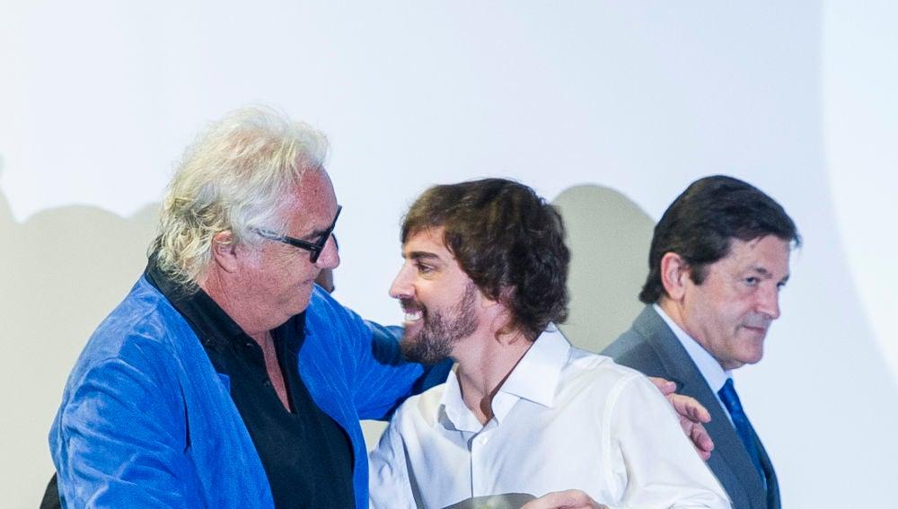 Briatore y Alonso se saludan durante un acto