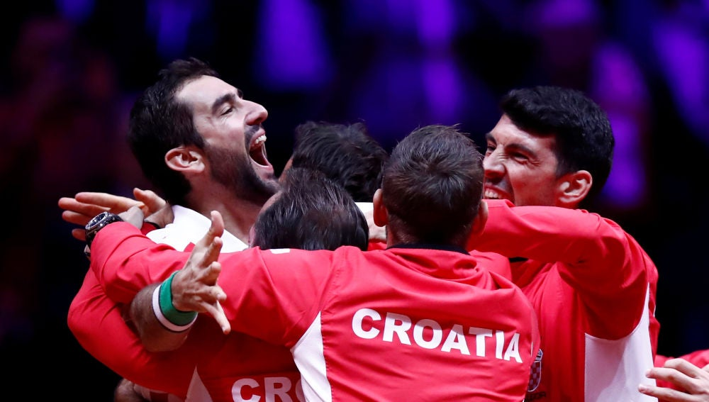 La selección de Croacia celebra con Cilic su victoria ante Pouille