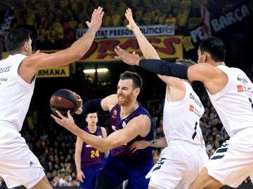 Claver entra a canasta ante la defensa del Real Madrid