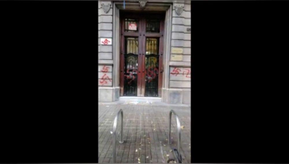 La fachada de la sede de Ómnium Cultural aparece pintada con esvásticas en Barcelona