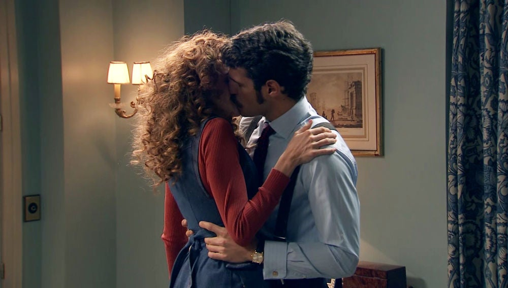 Carlos se lanza a besar a Natalia