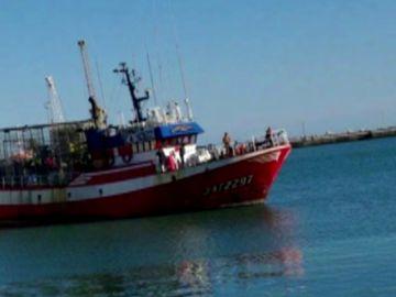 El pesquero 'Nuestra Madre de Loreto' que rescató a unos inmigrantes abandonados en el mar no encuentra puerto
