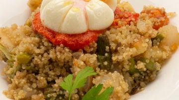 Quinoa con verduras y huevos flor.