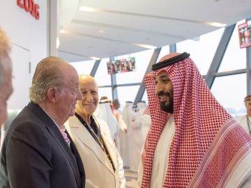 El Rey emérito Juan Carlos saluda al príncipe heredero saudí, Mohamed bin Salmán
