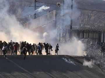 Vista de gases lacrimógenos que la policía fronteriza utilizó contra centenares de migrantes