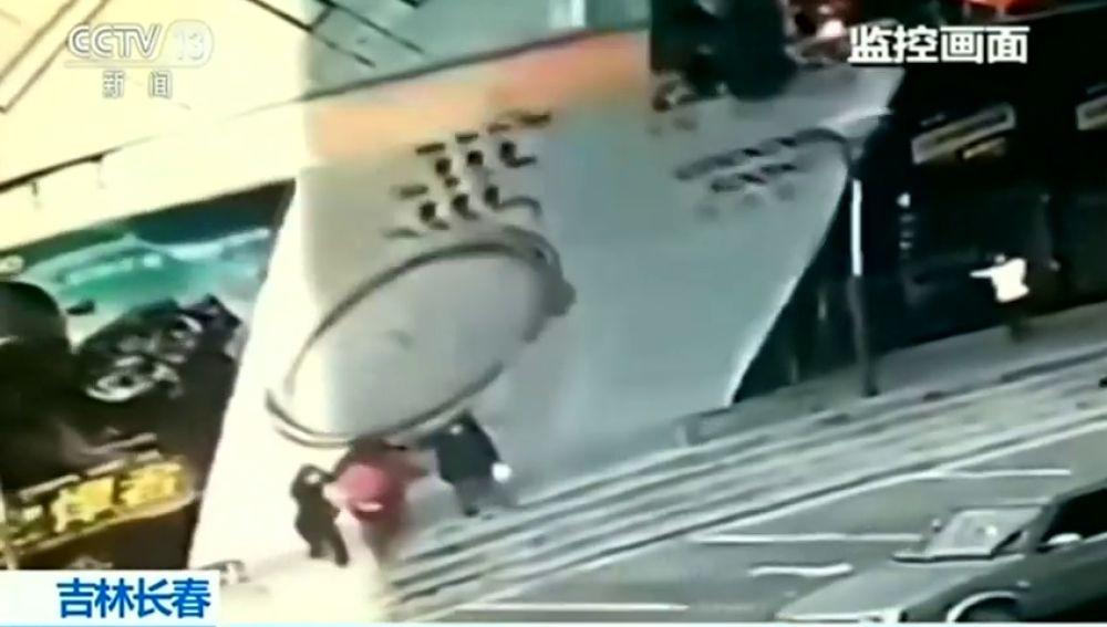 Varias personas quedan atrapadas debajo de un cartel de cuatro metros de altura en China