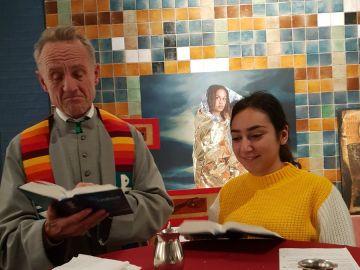 Una de las hijas de la familia con el sacerdote