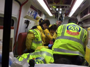 Los sanitarios atienden al hombre de 83 años atropellado en Madrid