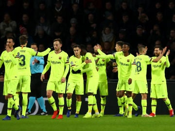 Los jugadores del Barcelona celebran el gol