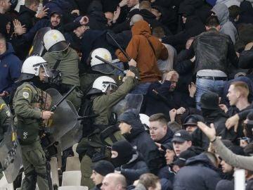 La Policía carga contra los hinchas holandeses en el Olímpico de Atenas