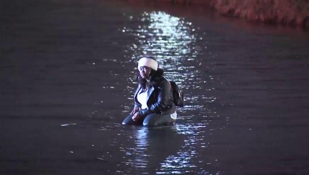 Rescatan a una mujer y sus tres hijos atrapados en un lago