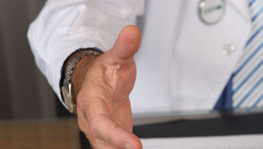Médico en una consulta