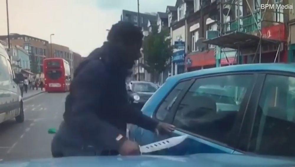 El joven ciclista que amenazó con 'cuchillo zombie' a un conductor que casi lo atropella no irá a la cárcel