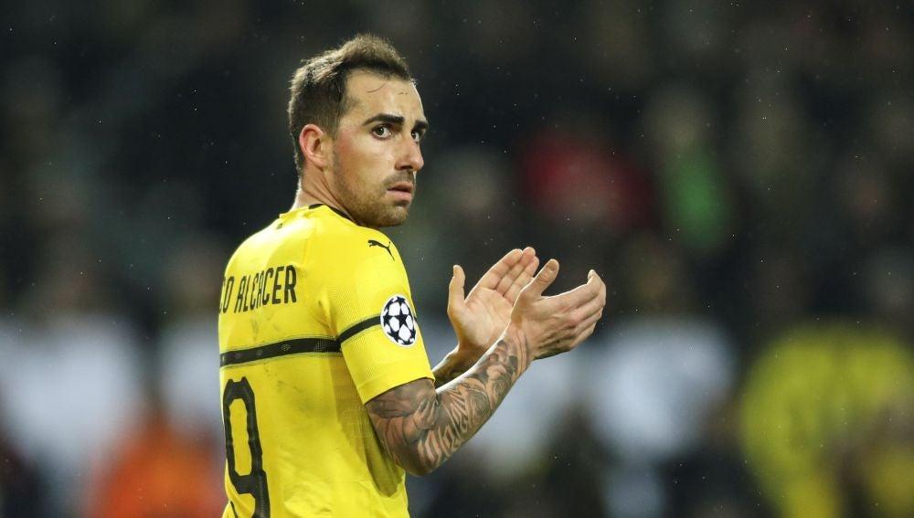 Paco Alcácer aplaude una acción del Borussia Dortmund