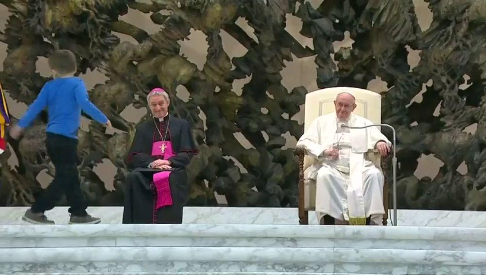 Un niño protagonista en la audiencia general del papa Francisco