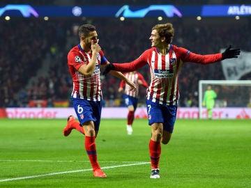 Koke y Griezmann celebran el gol del francés en el Metropolitano