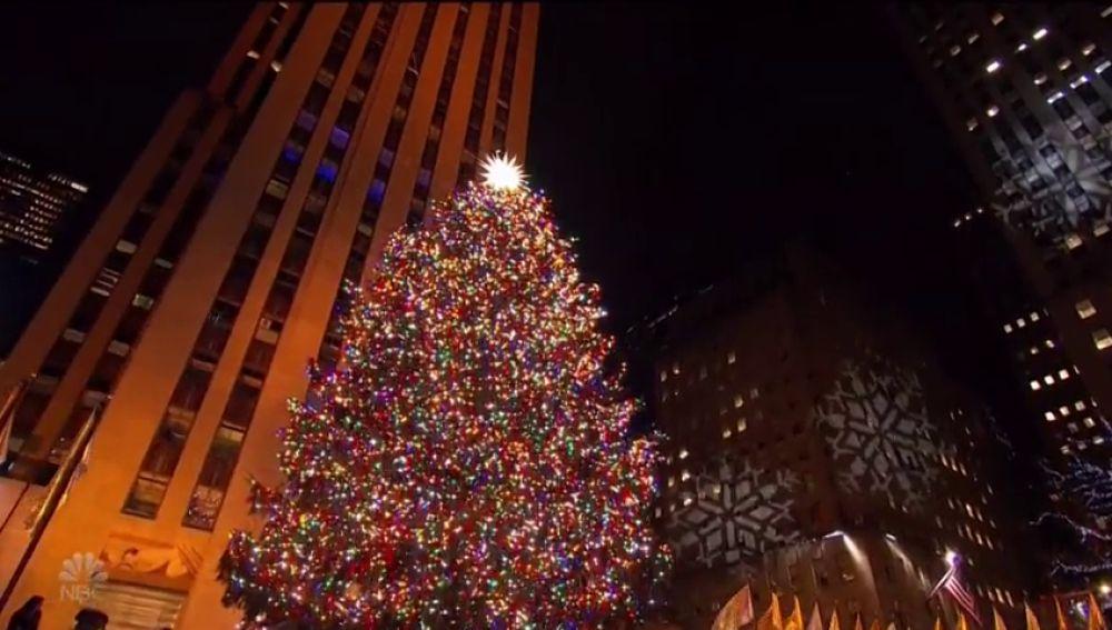 Nueva York enciende las luces del árbol del Centro Rockefeller