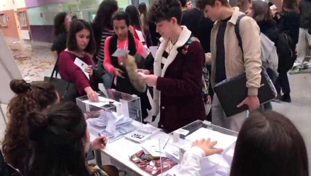 Estudiantes de la Autónoma de Madrid celebran un referendum sobre la monarquía
