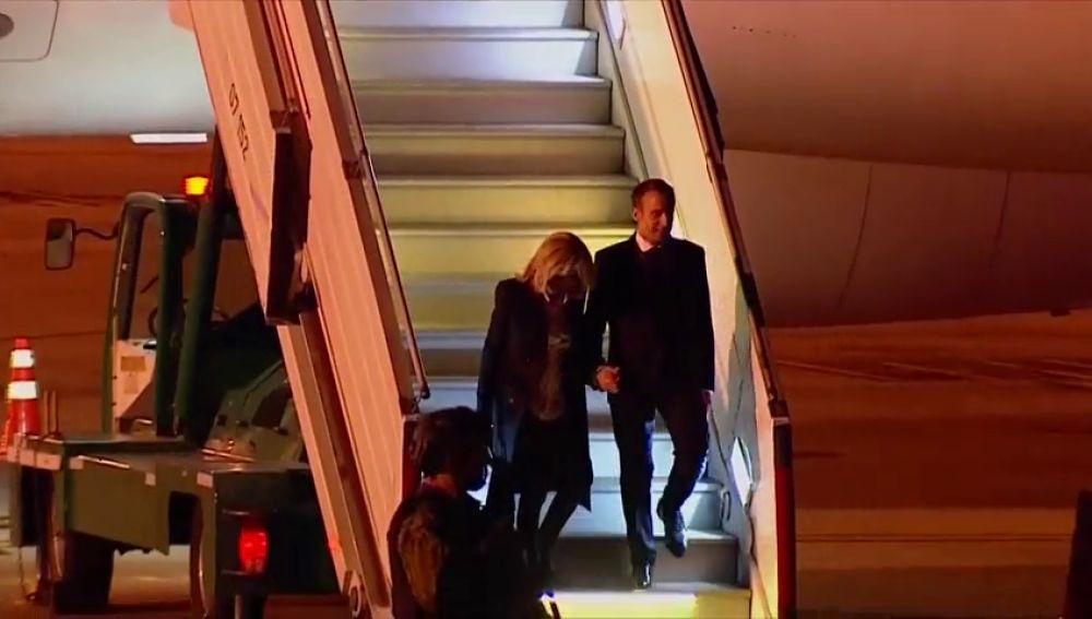Singular escena del presidente Macron el llegar a Argentina