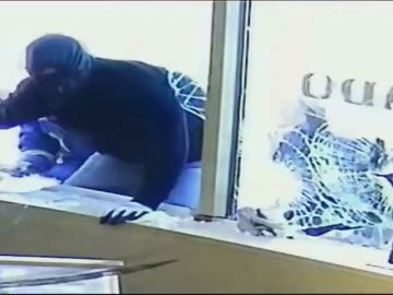 Evitan un robo en su joyería por asustar a los ladrones con espadas