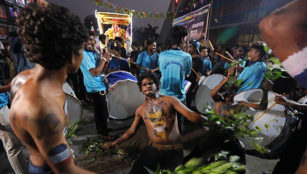 Seguidores del director y actor indio Rajinikanth celebran el lanzamiento de su película