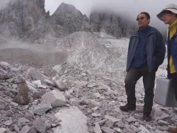 Los turistas, decepcionados con el color del glaciar de la montaña de Yulong