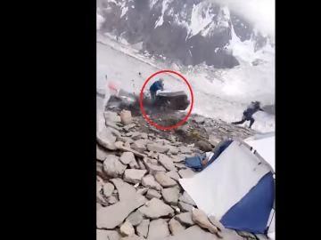 Milagro en el Karakórum: se salva por centímetros de ser aplastado por una roca enorme