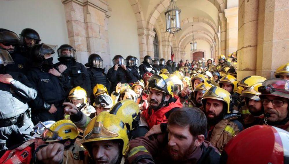 Mossos d'Esquadra tratan de impedir que decenas de bomberos entren en el edificio del Parlament