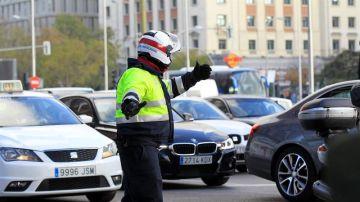 Un policía municipal controla el tráfico en la plaza de Colón