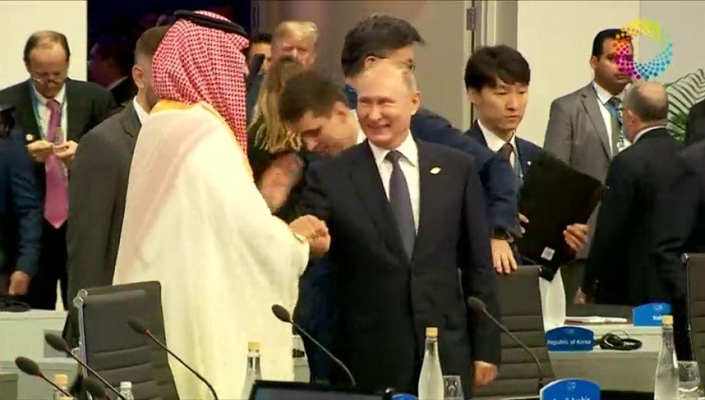 Vladimir Putin y el Principe Saudí se saludan con un choque de palmas al estilo 'viejos camaradas' en la cumbre del G-20