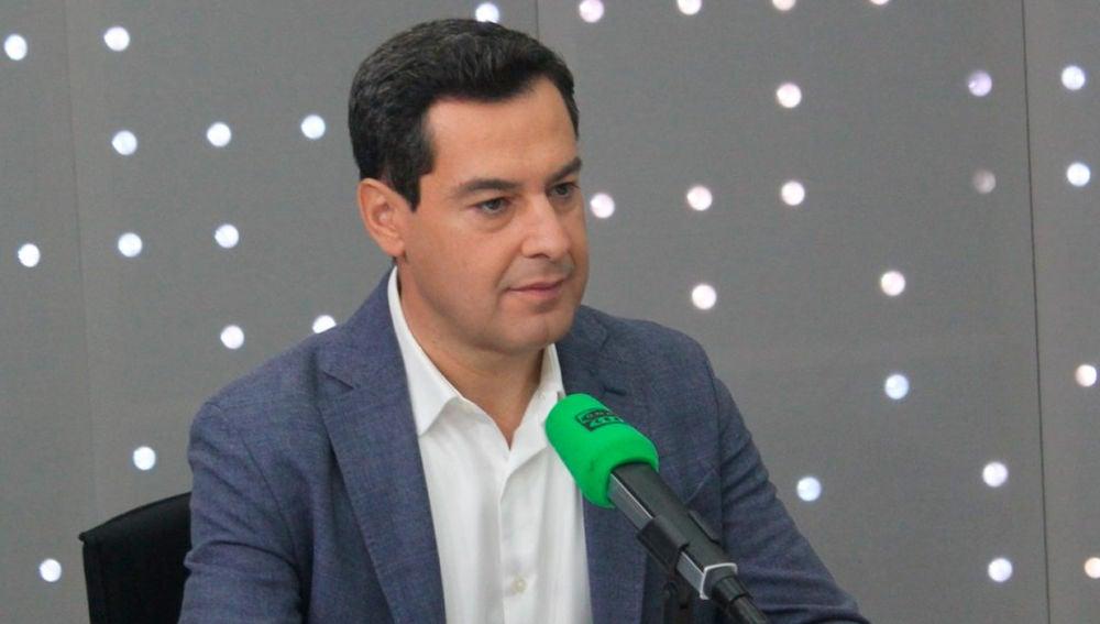 Juanma Moreno durante una entrevista en Onda Cero