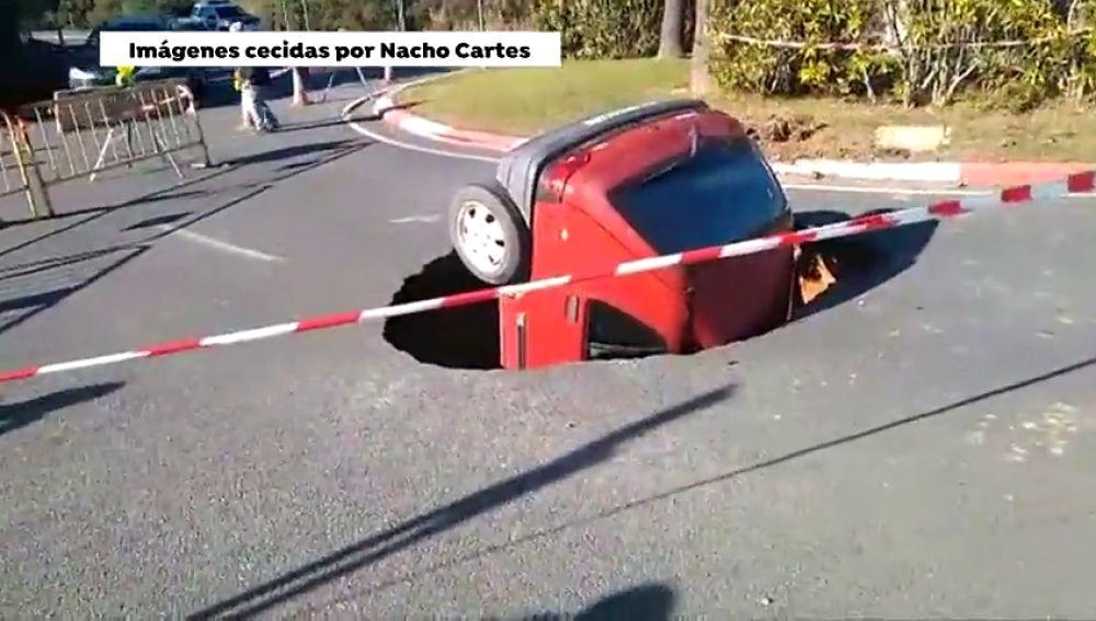 Un gran socavón se traga un coche al ceder el pavimento en Huelva