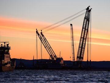 El buque grúa Rambiz detiene la operación de rescate de la fragata noruega 'KNM Helge Ingstad' cerca de Bergen