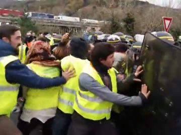 tensión entre gendarmes y chalecos amarillos en la frontera de Biriatou
