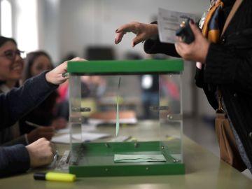 Imagen de una persona votando en Córdoba