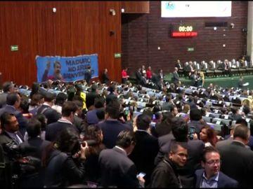 """Al grito de """"Dictador, dictador"""" legisladores mexicanos protestan por la presencia de Maduro en México"""