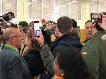 Simpatizantes de Vox increpan a Susana Díaz mientras vota en Sevilla