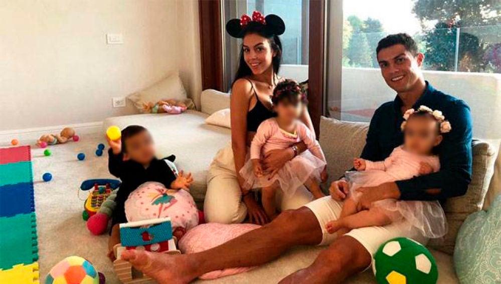 Cristiano Ronaldo y Georgina Rodríguez con sus hijos