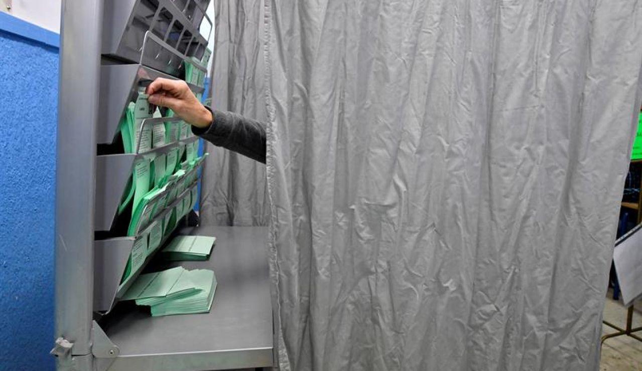 Una persona elige su papeleta electoral en un colegio de Almeria
