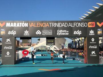 Leul Gebreselassie cruza la meta con un nuevo récord en Valencia