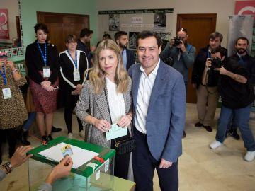 El candidato a la Junta de Andalucía por el Partido Popular (PP), Juanma Moreno, vota acompañado de su mujer