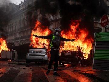 Un manifestante con un chaleco amarillo protesta por los precios del carburante