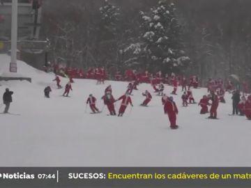 Papás Noeles esquiando en Maine