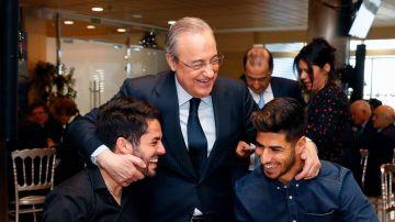 Florentino Pérez abraza a Isco y a Marco Asensio