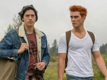 Cole Sprouse y KJ Apa en 'Riverdale'