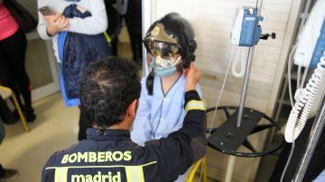 Un bombero con un niño ingresado en el Hospital La Paz